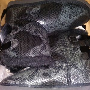 BLACK BAILEY BOW SNAKE SKIN UGGS SIZE 7 IN WOMENS